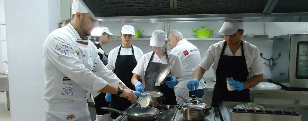 Шеф готвачи показаха иновативни кулинарни техники в гимназията